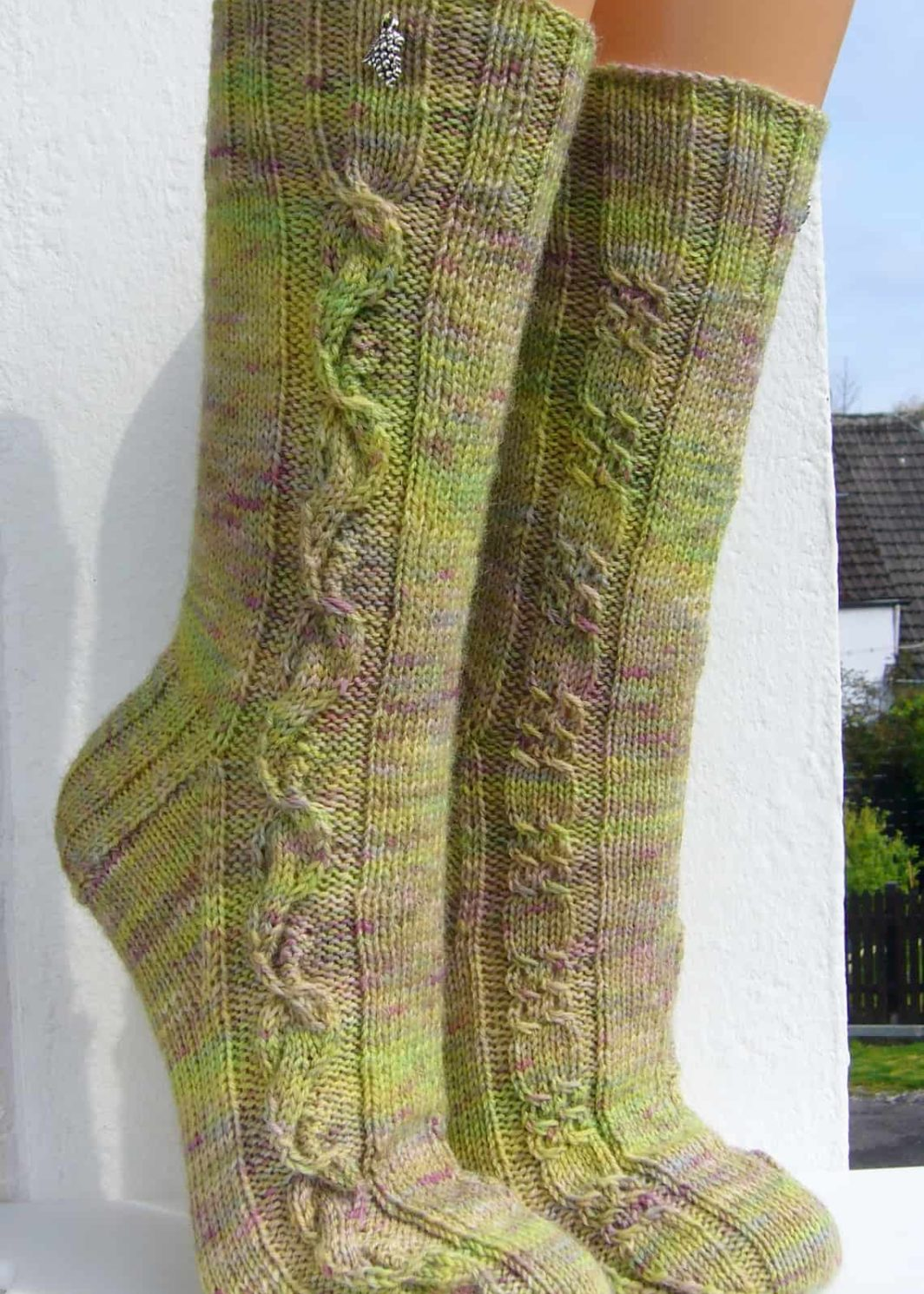 """""""Wildbeeren"""" Socken mit Zopfmuster-Ranke und Beeren-Muster"""