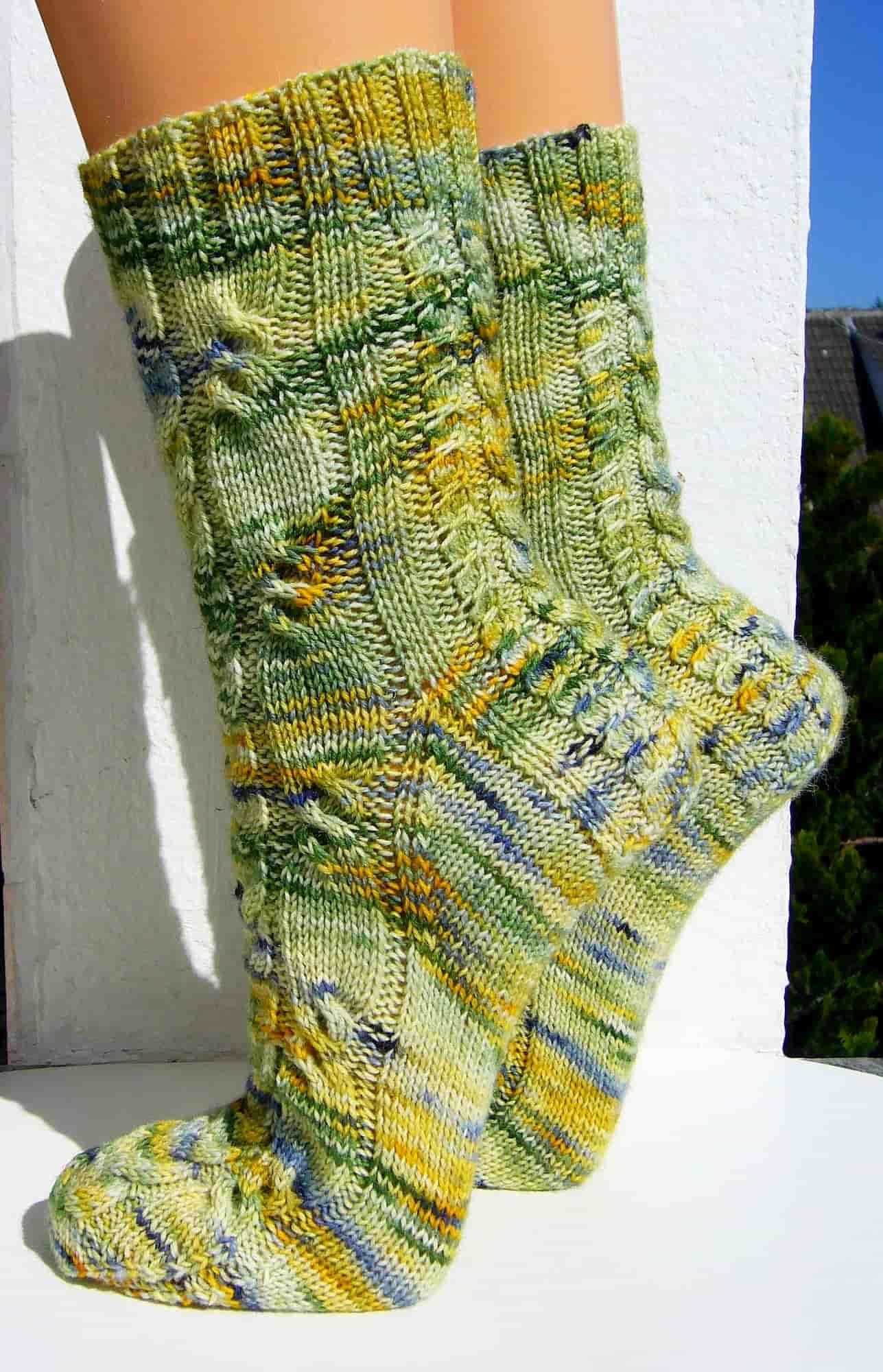 """""""Wiesenzopf"""" Socken Seiten-Ansicht mit Zopfmuster"""
