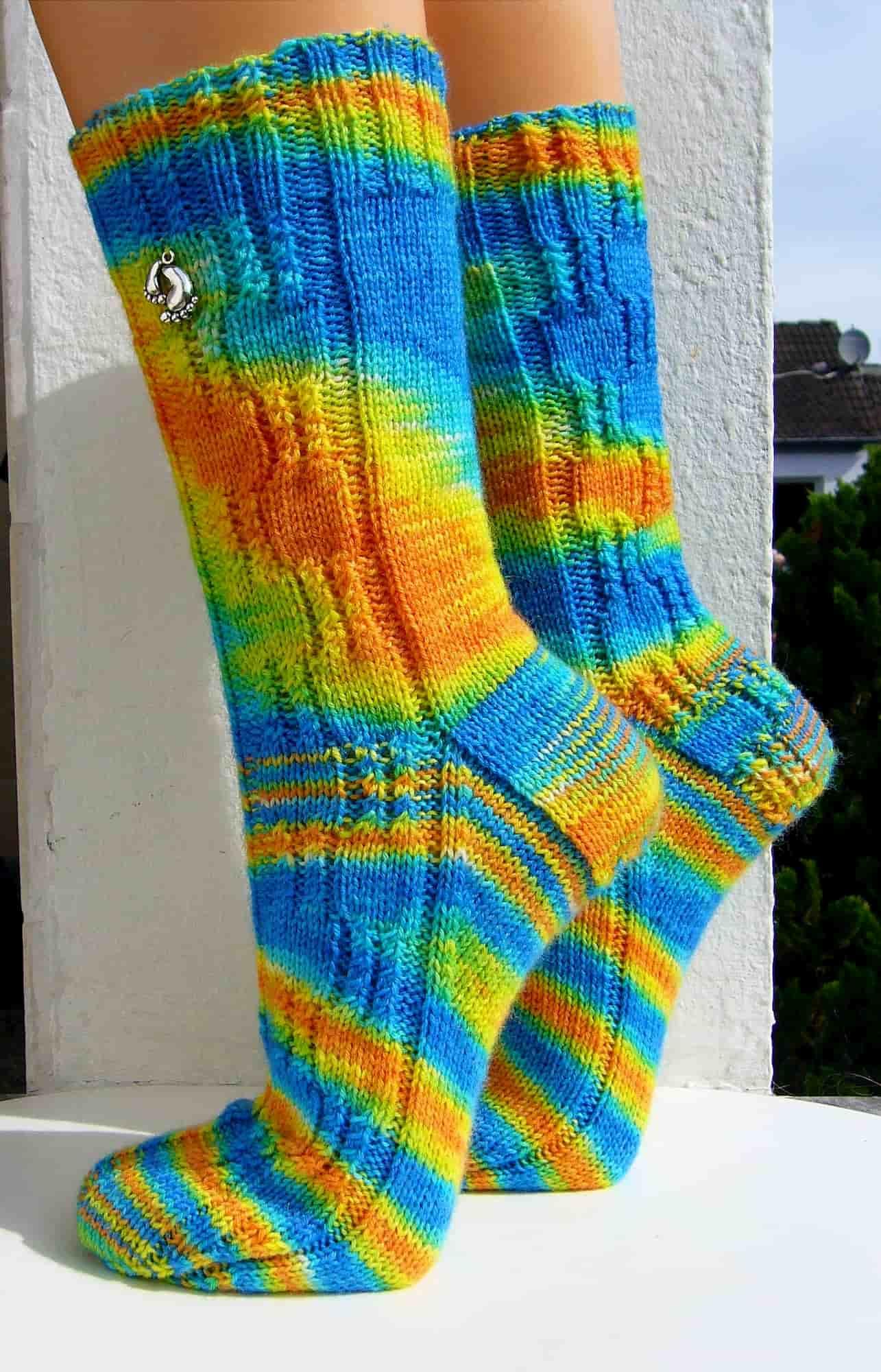"""""""Magie der Zwillinge"""" Seitenansicht mit Muster beide Socken"""