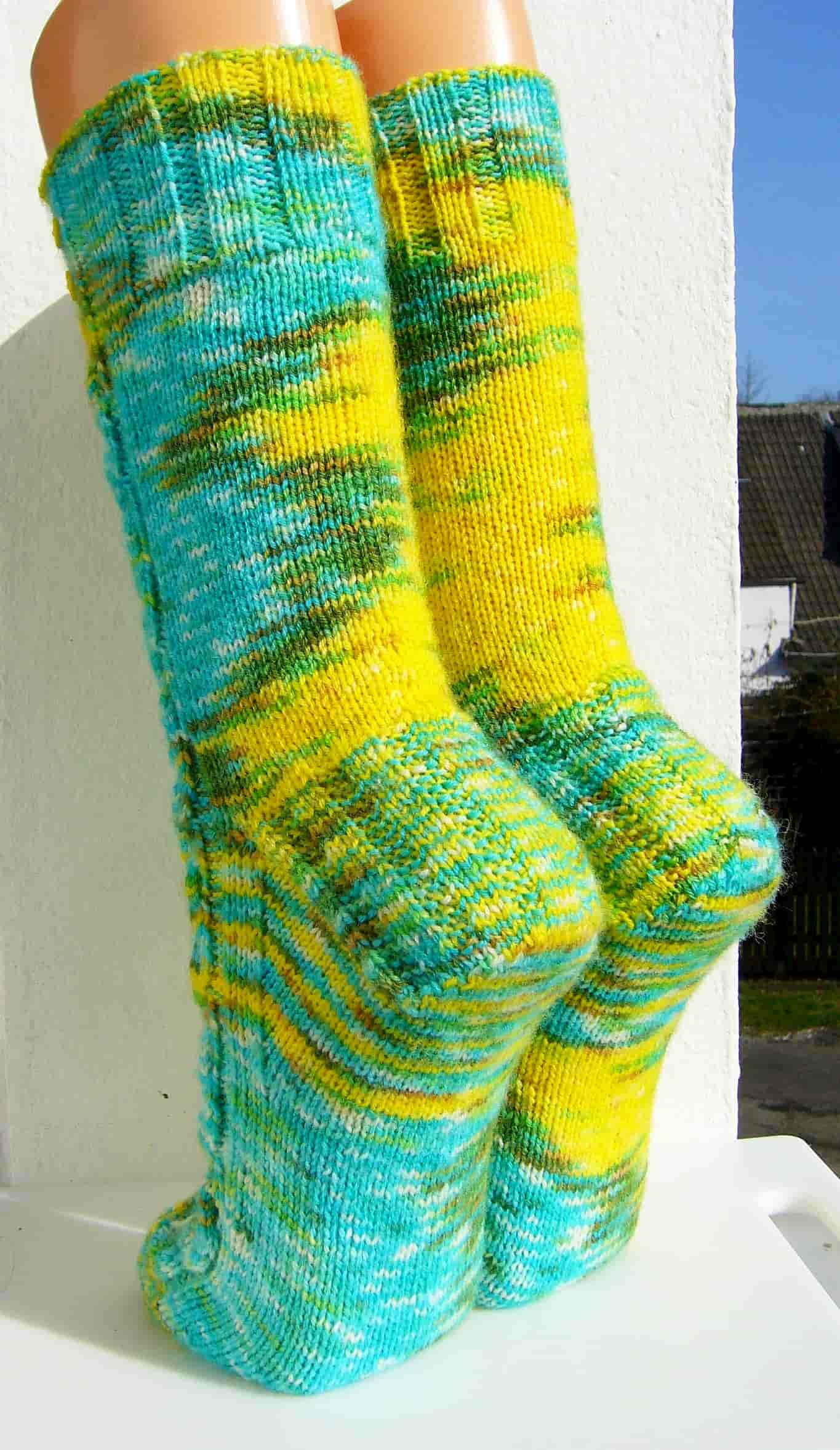"""""""Verwirrung"""" hintere Ansicht der Socken mit Farbwilderung"""